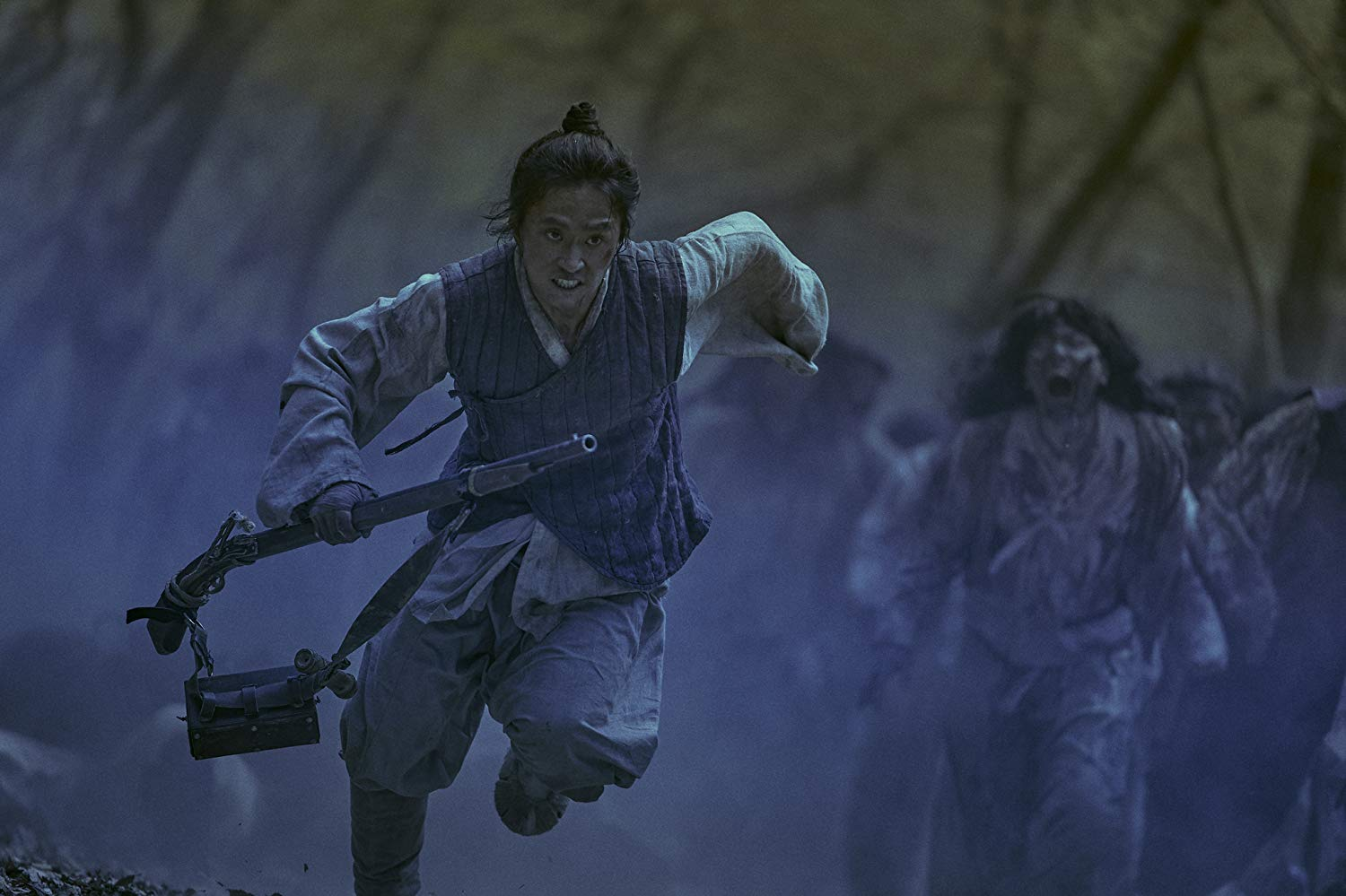 Kingdom, guerrier échappant à une horde de zombies #kingdom #series #netflix #korea #middleagekorea #undeadseries #horrorseries #asiancinema