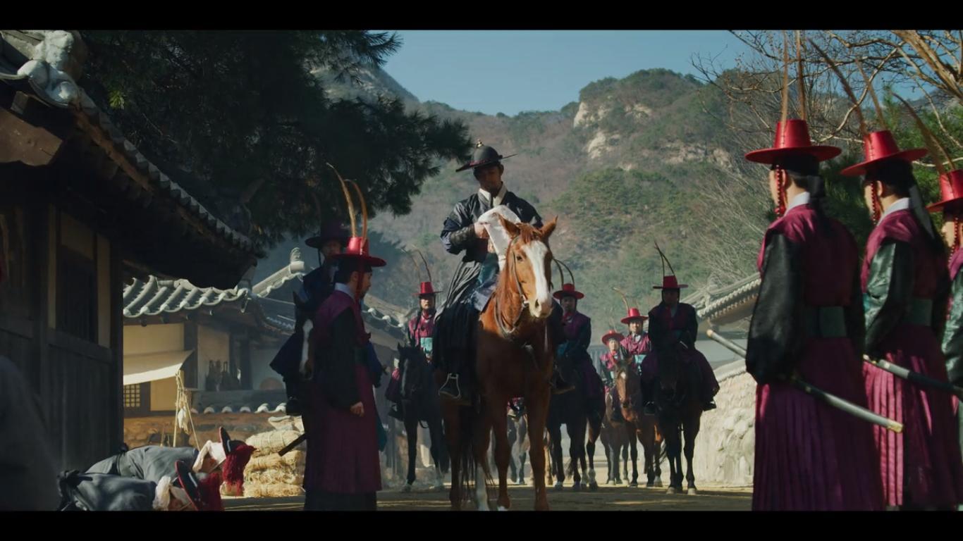 Scène avec des cavaliers royaux arrivant dans un village #kingdom #series #netflix #korea #middleagekorea #undeadseries #horrorseries #asiancinema